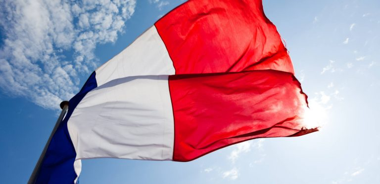 Drapeau français dans le vent